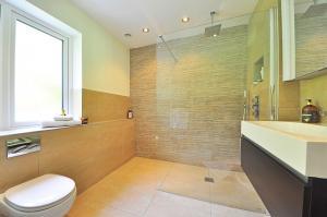 Jak vybrat odtokový žlab do sprchového koutu