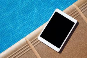 Tajemství odolnosti tabletů: Je lepší plastový, skleněný, nebo kovový?